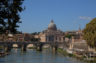 Tiber in Rom (mit Petersdom), Italien
